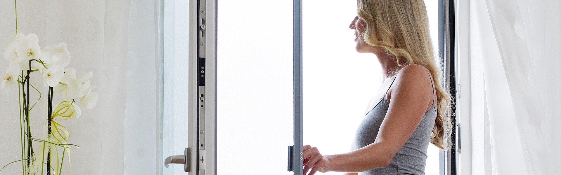 Москитная сетка для дверей. Дверная сетка плиссе. Раздвижные дверные сетки. Дверная сетка «Антикошка».